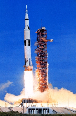 Saturn-V-liftoff-2