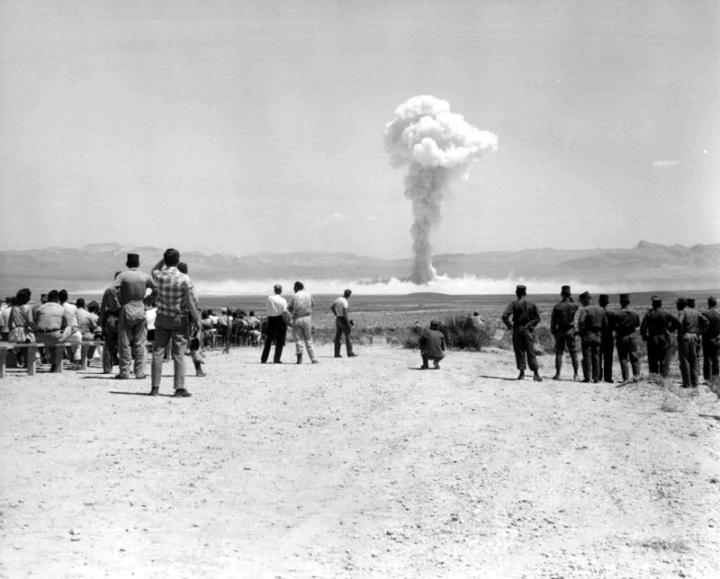 Risultati immagini per deserto del Nevada fungo atomico immagini