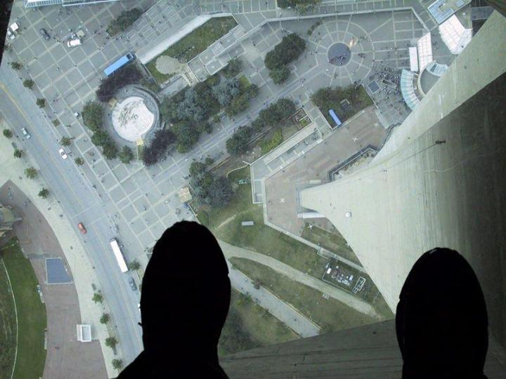 800px-Glass_Floor_of_the_CN_Tower