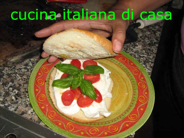 panino-mozzarella-pomodoro-basilico_29